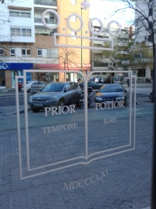 Prior in tempore, potior in iure (Quien es primero en el tiempo, es mejor en el derecho). Registros de la Propiedad, Sevilla, diciembre de 2013.