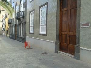 El Archivo Histórico Provincial de Las Palmas (de amarillo) y el Archivo Histórico Diocesano de Canarias (en primer plano). Las Palmas, Plaza de Santa Ana, 4 y 6, respectivamente.