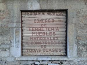No, no he cambiado (ni diversificado) mi negocio. Son las persianas metálicas del antiguo negocio de mi abuelo paterno, Fernando Hidalgo Álvarez, en San Emiliano, Babia, León.